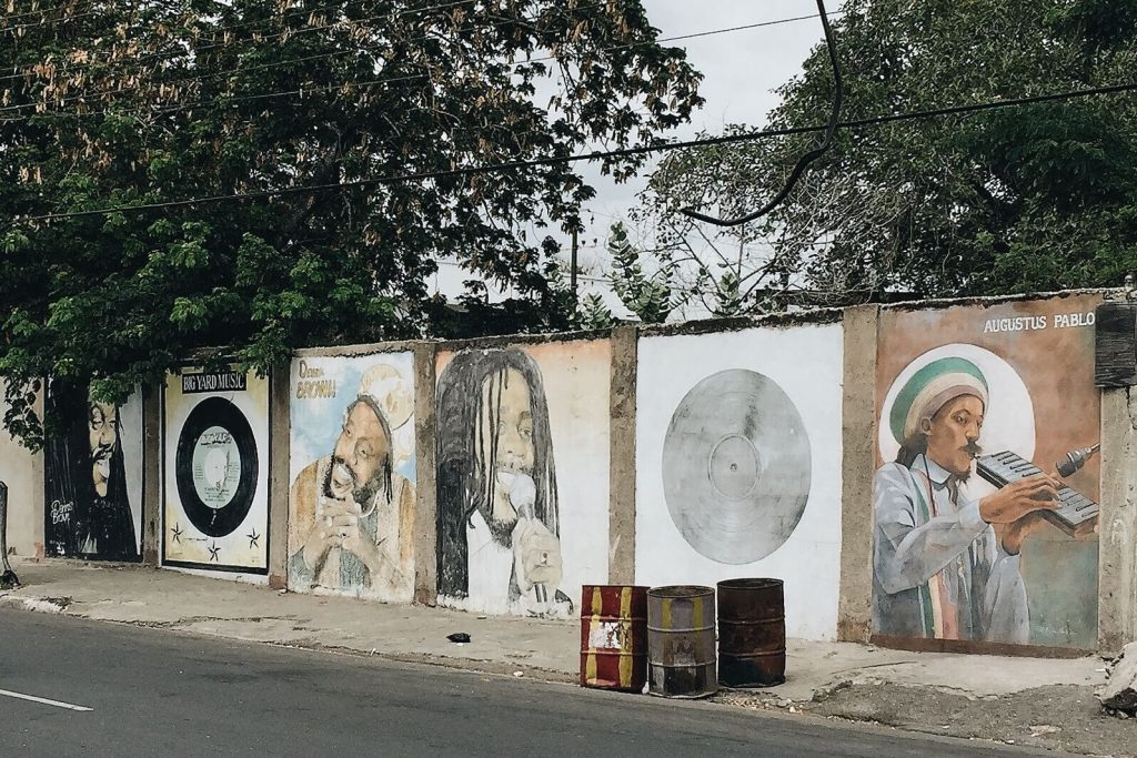 Wall of Honour along Collie Smith Drive, Trench Town por TAKEHIKO ONO