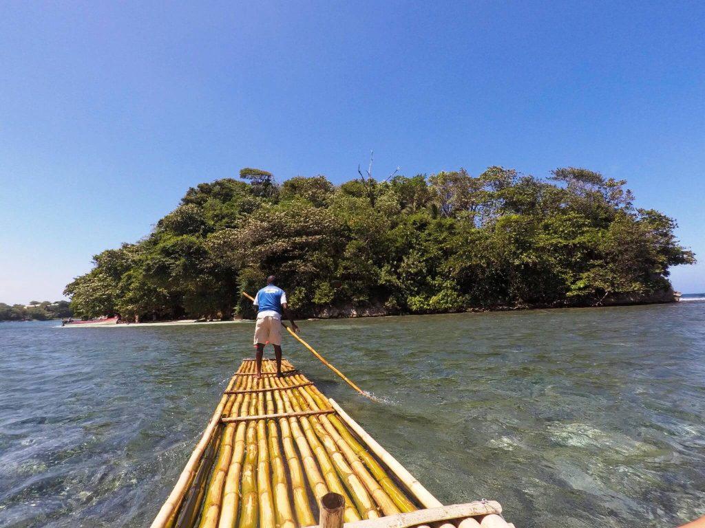 Passeio de canoa de bambu