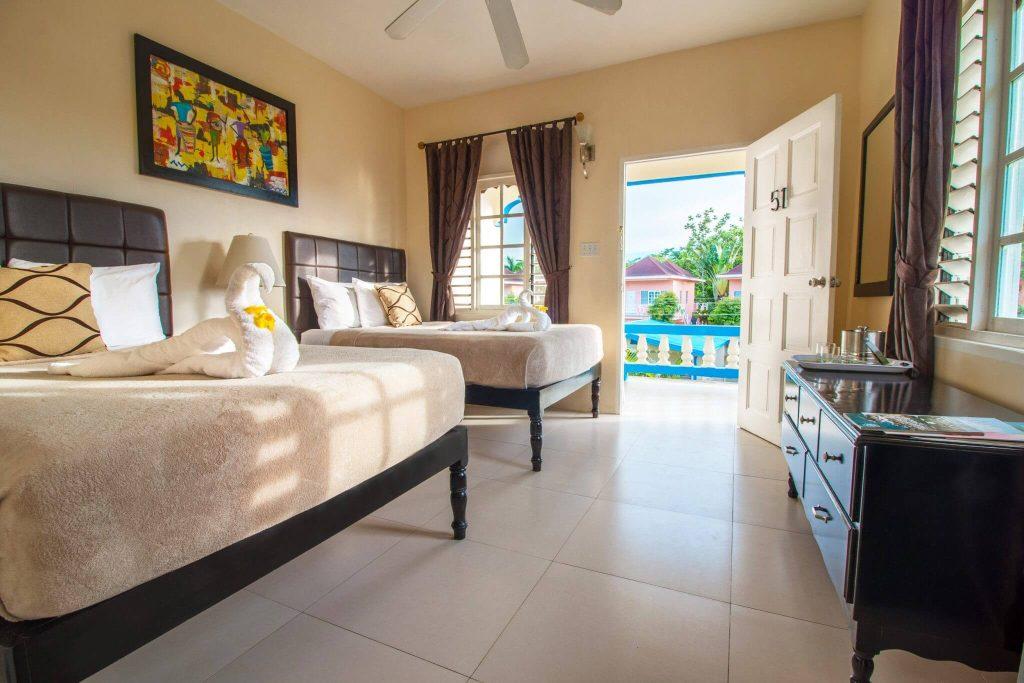 Um dos quartos do Travellers Beach Resort